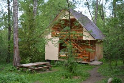 Двухэтажный летний дом из дерева