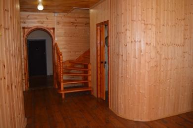 Лестница на второй этаж и одноместный номер